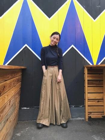 ぴったりしたサイズ感のトップスとふわっと広がるフレアシルエットは定番ですね。パンツスタイルでもロングスカートのようなスタイルを楽しめるので、普段パンツを履かない方にもおすすめです。