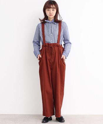 ウエストのリボン結びと襟元のリボンで、一見カジュアルでジェンダーレスなスタイルもキュートな印象になります。赤系のアイテムを選ぶことで、さらに女性らしく。