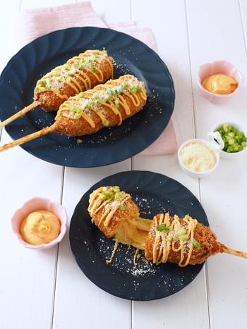 韓国の人気おやつ「ハットグ」(アメリカンドッグ)をアリゴで。明太入りのアリゴをスライスチーズと食パンで巻いて揚げます。串を刺すとより本格的で楽しいですね。