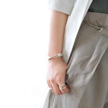 歳を追うごとに指や関節が太くなってきたという人も多いと思います。縦のラインを強調するV字シルエットのものや、アームにひねりをくわえたデザインなら、指の太さをごまかしてスマートに見せることができます。