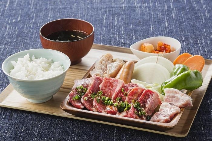 焼肉セットをお手軽に試したいなら、ランチがおすすめ。淡路牛の他、神戸ポークや淡路どりも試せるプレートなど、かなりお得な内容になっています。もちろん、ディナータイムのメニューもかなり充実しているので、夜にのんびり訪れてみてもいいですね。最高の景色に美味しい焼肉、旅の締めくくりにもぴったりです。