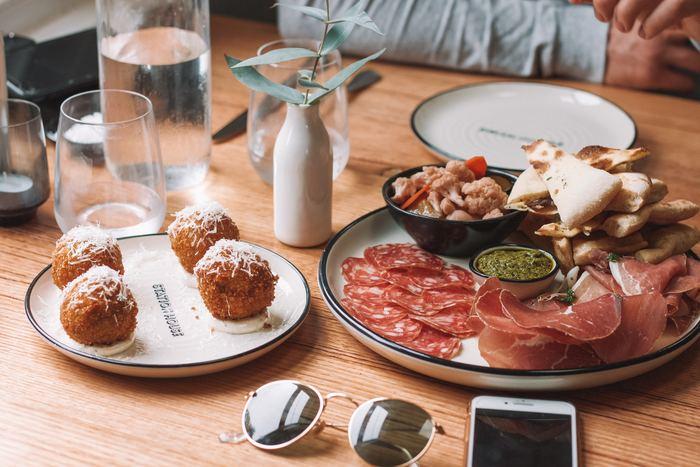 家族がみんな揃って食卓を囲める時期は、長いようで意外と短いもの。今しかないその時間は、ご機嫌な気持ちで過ごしたいですよね。料理を作るひとも、食べるひとも、みんなが幸せな気分になるようなそんなプレートをご紹介します。