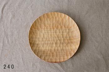 自然の中からそのまま切り出されたような、手彫りのあとが残る「アキヒロ ウッドワークス」のウッドプレート。ワイルドな印象ですが、手に取ると軽く、日々の暮らしに寄り添ううつわです。