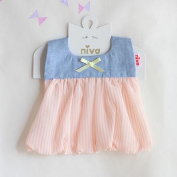 ドレスのようにおめかしできる、ストライプのシフォンのついたデザイン。ブルーとピンクの淡い色合いが柔らかく、かわいらしい印象に。