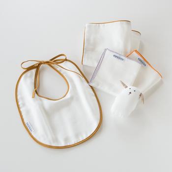 大正から続く「京和晒綿紗(きょうわざらしめんしゃ)」のガーゼで作られたスタイは、軽やかで柔らか。贈り物には同じガーゼのハンカチと、にぎにぎを添えて…♪
