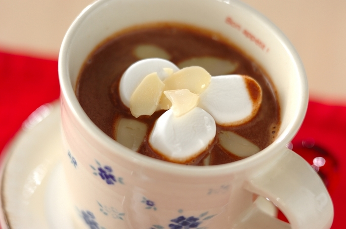 市販の板チョコで作るお手軽ホットチョコレート。濃厚な甘さがお口に広がり、ほっと癒されます。チョコレート好きにはたまらない一杯です!