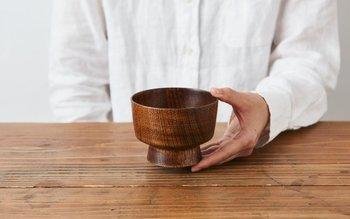 こちらは、伝統的な高台の高いタイプの汁椀。安定感があり、持ちやすいのが特徴です。漆自体も熱を伝えにくく、熱い汁物が冷めにくいというメリットが。お味噌汁や米など、器を手にとって食事をする習慣がある日本人にとっては、合理的な機能ですね。