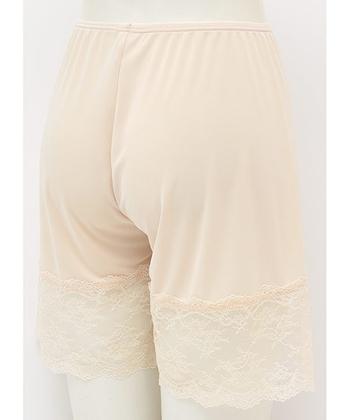 白やベージュなどの薄く・淡い色のスカートを履いた時に合わせたいパンツタイプのペチコート。太もも部分がレース状なので、透けてもペチコートだとわかりにくいのも嬉しいポイントですね!