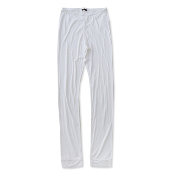 ロング丈のプリーツスカートに重宝するのが、ロング丈のレギンス。薄手のコットン生地が心地よくシーズンレスに使えます。ストレスのない程よいフィット感はやみつきになりそう!