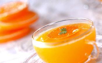 ハチミツの甘さがマイルドなホットみかんドリンク。ビタミン豊富で、喉の調子が悪い時などにもおすすめのドリンクです。可愛らしい色にも癒される一杯、ティータイムやお風呂上りなどにいかがでしょう。