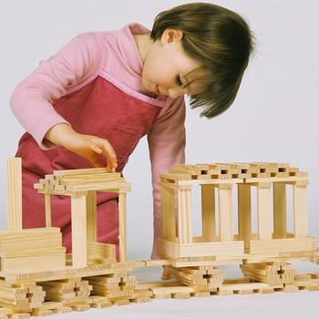 大人も夢中になれるので、親子で一緒に大作を作り上げるのも楽しいですね。集中力や創造力が高まる、ロングセラーのおもちゃです。