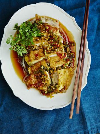 鶏もも肉を多めのギーで揚げ焼き。お玉で油をかけながら揚げることで、香ばしくてうまみたっぷりの油淋鶏になります。香味ソースをかけていただきましょう。