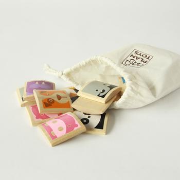動物のかわいいイラストが描かれたカードが12柄×2枚=24枚揃っている、かわいいおもちゃです。  防腐剤などの化学物質は不使用。安全で地球環境にも優しいゴムの木製なのも嬉しいポイントです。赤ちゃんがなめても安心ですね。