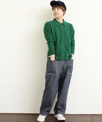 ちょっぴりボーイッシュなスタイルにもグリーンはぴったり。キャップやスニーカーと合わせれば少年のようなやんちゃっぽさがあるコーデに。