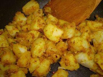 ザブジは、インドの野菜の蒸し煮・炒め煮。ベジタリアンの多い地域でよく食べられます。野菜料理も、ギーを使うことでコクが加わってうまみたっぷりな料理に仕上がります。