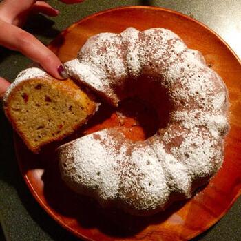 砂糖を使わず、デーツの甘みをいかしたヘルシーなパウンドケーキ。全粒粉やヨーグルト、白イチジクなど体にいい食材がたっぷり使われています。