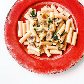 牛乳や卵を使わず、モツァレラチーズとギーなどを使ったチーズクリームパスタ。クリーム系ソースにもよく合うショートパスタ、リガトーニを使用しています。
