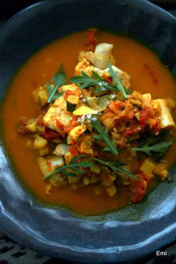 せっかくギーを作ったなら、本格的なインド料理にしてみるのもおすすめ。こちらは、トマト風味の魚のインドカレー。スパイスをふんだんに使った味わい深い一品です。