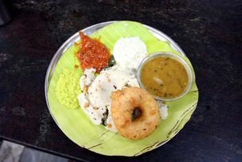 南インドの軽食「ラヴァ・ウプマ」。セモリナの炒り蒸し、セモリナのかたいおかゆといった意味のようです。一度炒ったセモリナにハーブや香味野菜を練り込みますが、最後にギーを入れるとだまになりにくいようです。