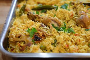 ビリヤニは、インドやパキスタンなどで食べられる、肉・魚・野菜などの炊き込みご飯。ソースと半ゆでのお米をミルフィーユ状の層にして炊き上げます。