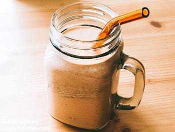 こちらは、にんじんやきな粉、豆乳、ヨーグルト、オートミール、そしてギーなどを使った健康スムージー。くるみとギーの油分で、腹持ちもよく満足感があります。朝食にもおすすめ。