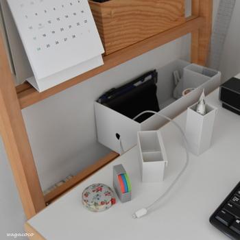 PC周辺のケーブル類や記憶媒体などの整理にも、ファイルボックスが使えます。持ち手用の穴にケーブルを通しておけば、絡まることもなくストレスフリーです。