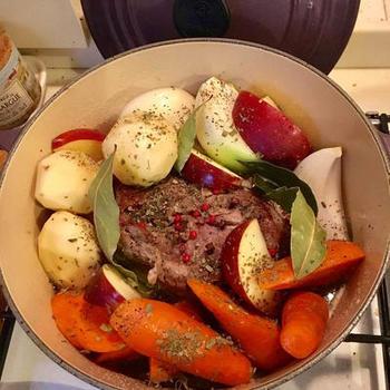 塩豚にした豚ロース肉をギーで炒めて、ポークポットローストに。シンプルな調理法ですが、とても豪華でおもてなしにもおすすめです。