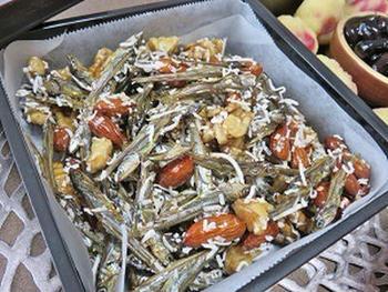 ギーとカレー粉で作る小魚ナッツ。栄養のある素材だけを使った、おやつにもおつまみにもなる一品です。