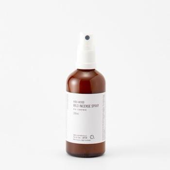「Cul de Sac(カルデサック)」のフレグランスミストは、消臭・抗菌効果も備えた優秀アイテム。ヒバの芳醇な香りたっぷりのヒバ精油とヒバ水で作られています。ヒバは、力強さがありつつどこか優し気な香りで、心を自然と落ち着きかせてくれますよ。枕やシーツなどの消臭・抗菌にもいかがでしょうか。