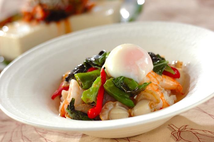 海老とホタテの豪華なバジル炒め。ご飯を盛った器に具とスープをいっしょに入れて、スープかけご飯のように楽しむことができます。おもてなしにも似合うエスニック風のお料理です。