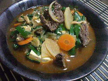 焼肉屋さんでも人気のユッケジャンクッパを、おうちで。肉や野菜を煮込んだスープをご飯にかけて食べます。味噌やコチュジャンで肉を炒めることで、よりおいしさがアップ。元気をつけたいときなどにもいいですね。