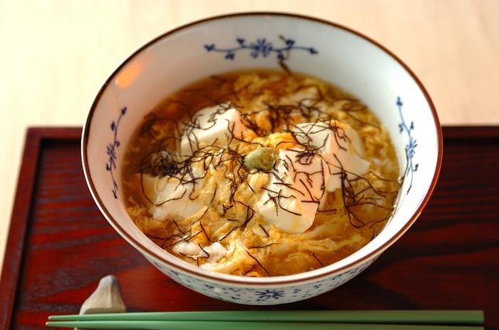 昆布茶をだし代わりにした簡単なスープかけご飯です。つるりと口当たりのいい絹ごし豆腐に、カリカリ梅のアクセント。朝食はもちろん、ちょっと小腹がすいたときなどにもよさそうですね。