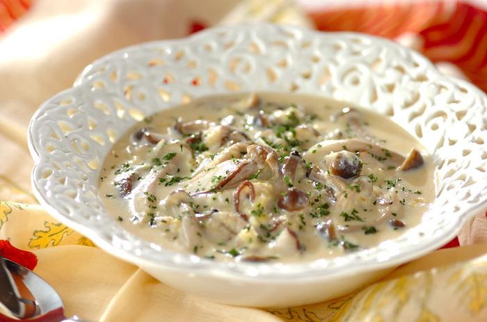 缶詰のクリームコーンと牛乳、そしてきのこ。簡単な材料でできているのに、栄養豊富でしかもおしゃれなチャウダー系のスープかけご飯です。素敵なお皿に盛り付ければ、気分も上がりますね。