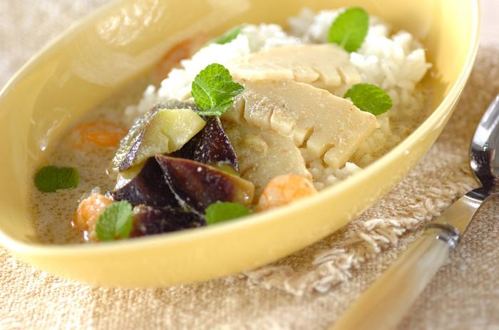 ココナッツミルクなまろやかな風味を加えたグリーンカレーのスープかけご飯。適度な辛みとスパイシーさは、朝にもいいですね。休日のブランチなどにも似合うそうな、おしゃれな一品です。