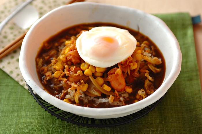 カレールーをインスタントコーヒーなどとともに炒めてから使うのがポイント。風味アップのカレースープがご飯にからんで食が進みます。目玉焼きなどを加えて見た目のきれいさや栄養をプラス。