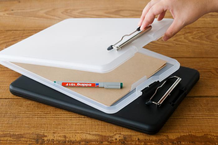 立ったままメモができるクリップボードと、資料や筆記具などをまとめて収納しておけるファイルケースが一体になった「ファイルバインダー」は、スマホなど必要なものを入れてそのままオフィスなどでも使えますね。
