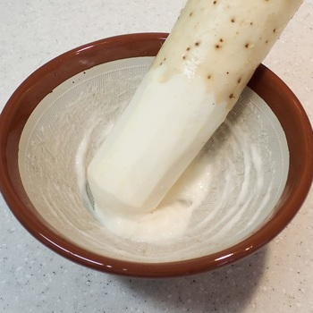 ヤマノイモやツクネイモ(大和芋)などをすり鉢ですりおろすと、なめらかでキメの細かいとろろが完成します。だしや醤油などを加えてごはんにのせれば、とろろ丼のできあがり♪