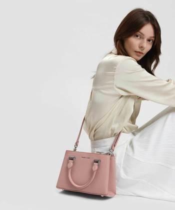 毎日のコーディネートにマンネリを感じている方には、ファッション小物できれい色を取り入れるのもおすすめです。洋服をシンプルな色でまとめつつ、バッグでアクセントカラーを効かせて自分らしいおしゃれを楽しみませんか?