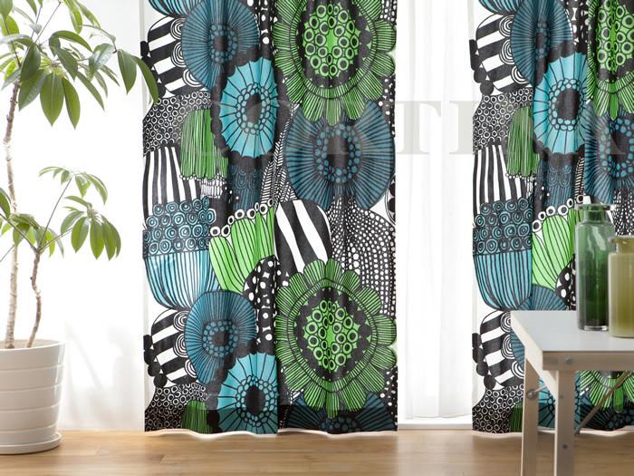 マリメッコのSIIRTOLAPUUTARHA(シールトラプータルハ)というファブリックのカーテンです。大胆な花柄でも落ち着いた色合いで、お部屋の主役にぴったり。白を貴重とした壁紙やベッドを使っているなど、シンプルなお部屋によく合います。