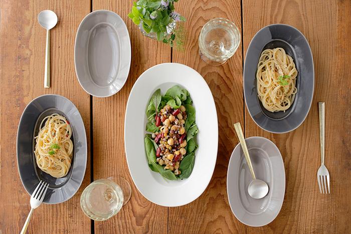 <イイホシユミコ>さんのオーバルプレートは、磁器の艶が活かされたシックな色合いが素敵。このように、シンプルな無地の磁器は、手持ちの洋食器と合わせても違和感なく馴染みます。料理のジャンルを選ばず毎日活躍してくれるので、和の器の初心者さんには便利なアイテムです。