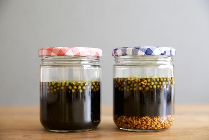 山椒の実と米麹、醤油を漬けるだけの簡単レシピ。 1日1回混ぜて1週間ほど経てば完成します。米麹を入れることでまろやかな味わいに。山椒のピリリとした食感と香りもたまらない瓶漬けレシピです。