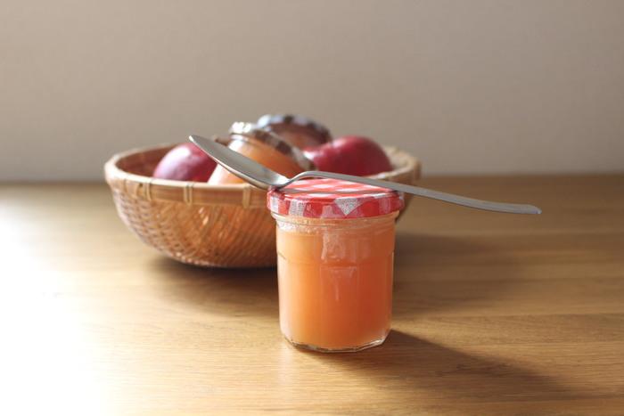 パンやヨーグルトにプラスしたり、アップルパイにも♪  自家製なら、好みのゴロゴロ感に仕上げられます。りんごによって、甘かったり、甘酸ぱっかたりと、どんな味に仕上がるのか…というワクワク感も楽しめます。りんご・水・グラニュー糖・レモン汁などの身近な食材で作れるので、思いたった時に気軽にチャレンジしてみましょう。煮つめすぎずとろっと仕上げると、いろんな食材にマッチするりんごジャムが完成します。