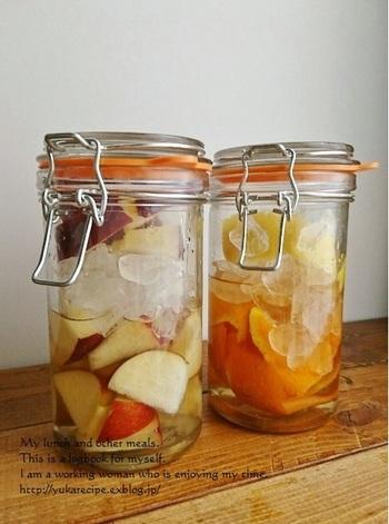 あまった果物を活用したフルーツビネガーのレシピ。  炭酸で割ったり、ヨーグルトにプラスしたり、ドレッシングを作ったりと、いろんな料理に活用できます。材料は、果物と氷砂糖、酢だけでOK!中途半端に残ってしまった果物を使いきれます。