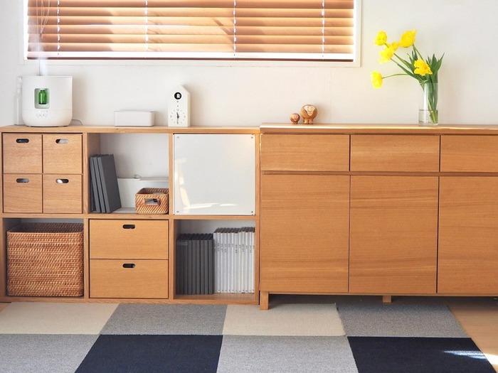 お部屋をスッキリとミニマムにするためには、収納をいかに使いこなすかが大切になります。ご自宅の収納はいかがでしょうか? モノが無秩序に詰め込まれていたり、何が入っているか分からないブラックボックスになっていたりしませんか。無印良品の収納用品は規格が統一されているため、見た目にも使い勝手にも優れ、家じゅうのあらゆるところで活躍します。