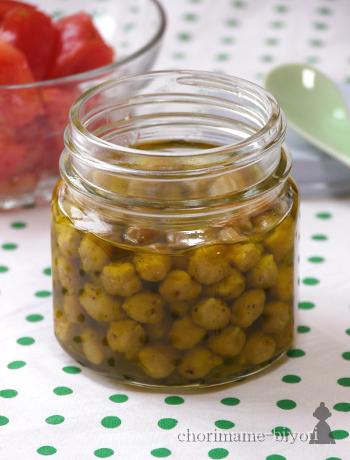 そのまま食したり、和え物やパスタソースとしても使えるひよこ豆のオイルソースレシピ。大豆で代用してもOK!  ひよこ豆をフライパンで煎って、保存瓶にオリーブオイルやにんにくなどと瓶漬けします。使用するときに酢や砂糖を加えれば、ドレッシングなどにも使用可能です。