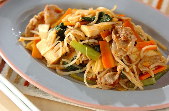 いつもの野菜炒めに豆板醤とピーナッツバターを加えて、エスニック風の味わいに♪ 豚肉や野菜を炒めて、ピーナッツバターや豆板醤、酒やみりんなどの調味料とからめるだけで完成!冷蔵庫の残り物野菜の一掃レシピとしても活躍しそうです。