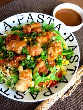 タイ風のドレッシングをマスターすれば、揚げ物のソースにしたりサラダにかけたりして楽しめます。ピーナッツバターにレモン汁や黒砂糖、ごま油などを加えて混ぜるだけでOK!鶏のから揚げにかければ、いつもと違う味わいに仕上がります。
