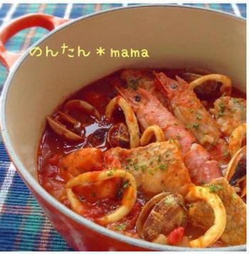 ニンニクと唐辛子で香り付したオイルで、エビ・イカ・アサリなどを炒めてトマトで煮込み、白身魚を加えた豪華な1品。サフランの香りもポイントです。