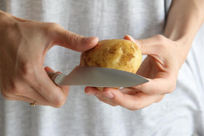 基本の三徳包丁に加えて、あると便利なのが「ペティナイフ」。「ぺティ」は小さいという意味があり、その名のとおり幅が狭くて細長い、先の尖ったかたちが特長の包丁です。フルーツの皮むきや、野菜の飾り切りなど、細かな作業に向いています。