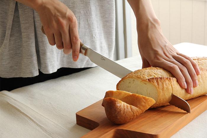 「庖丁工房タダフサ」のパン切り包丁はあえて「波刃ではない」のが特徴。切れ味が鋭く、切り口がなめらかでパンくずがほとんど出ません。先端のみに付いている波刃できっかけをつくることで、パンをつぶさずにすっと切れます。従来の波刃のパン切りとは違い、自分で研ぎ直しをして使い続けることができます。